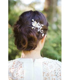 Peigne Anny pour le chignon de la mariée, réalisé avec des feuilles argentées et des perles de cristal et de verre.