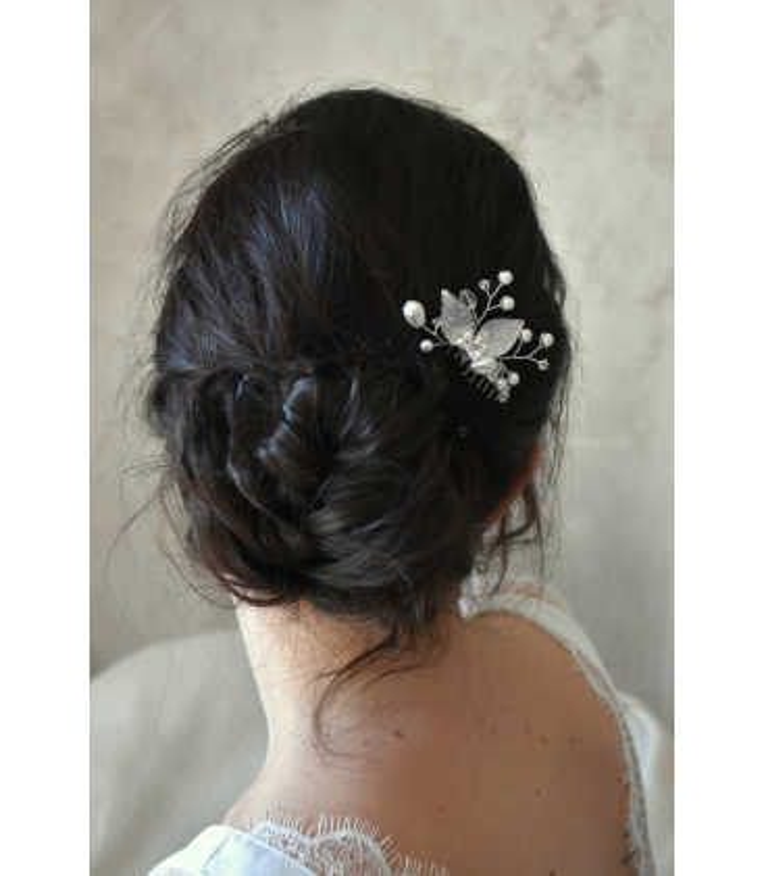 Peigne à cheveux Minuit, composé de feuilles argentées et de perles nacrées et en cristal.
