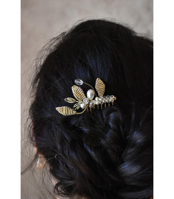 Peigne Hortense pour le chignon de la mariée, composé de feuilles de perles en verre, et de cristaux.