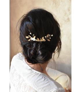 Peigne à cheveux Lilas pour le chignon de la mariée, agrémenté de branches de feuilles dorées, de perles et de fleurs de nacre.