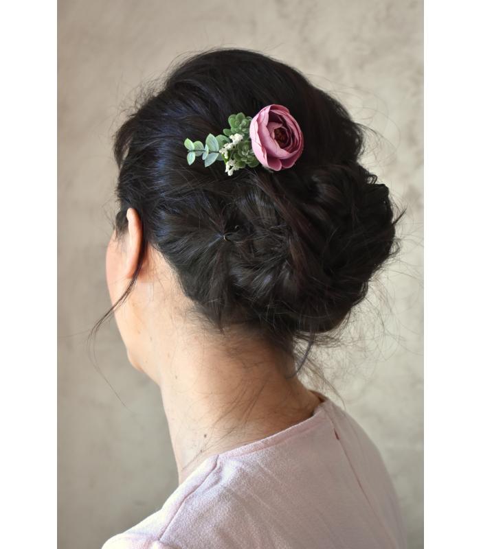Ce joli peigne à cheveux pour la mariée, modèle Dolly, est composé d'une jolie petite rose en soie et de branches de faux eucaly