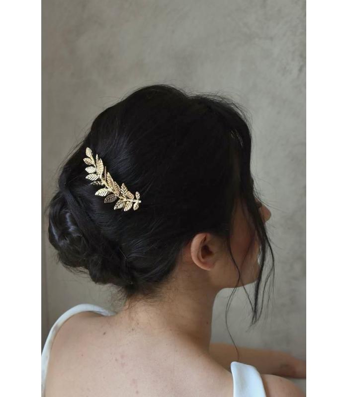 Accessoire cheveux mariage peigne avec une feuille dorée pour le chignon de la mariée.