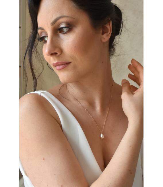 Collier de mariée Hortense, bijoux mariage minimaliste avec une perle goutte nacrée.
