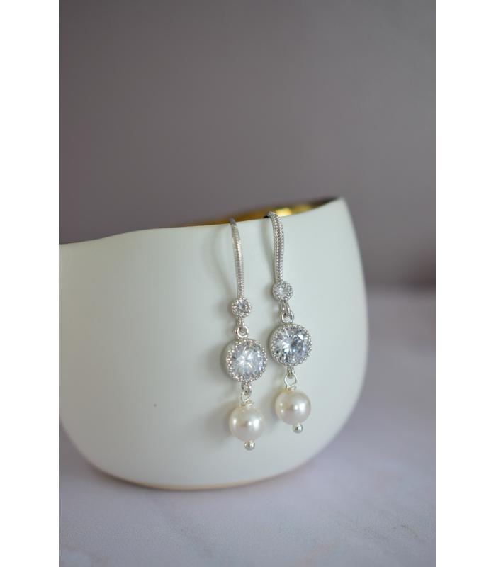 Boucles d'oreilles pour la mariée avec un strass et des perles