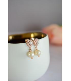 Boucles d'oreilles Alix, avec une petite goutte en strass et une perle nacrée. Très discrètes et peu pendantes pour la mariée.