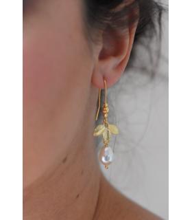 Boucles d'oreilles mariage Zen, boucles d'oreilles bohème avec feuilles dorées et perles ivoire.