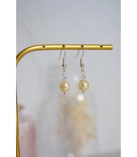 Boucles d'oreilles Thilda, boucles d'oreilles légèrement pendantes pour la mariée. Réalisées en perles de cristal et perles nacr