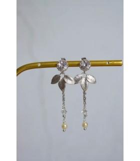 Boucles d'oreilles pour la mariée modèle Rosalie, avec une jolie estampe dorée et des cristaux, une chainette perlée.