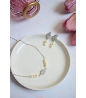 Boucles d'oreilles pour la mariée modèle Albane, avec une goutte en strass et des crochets à cristaux.