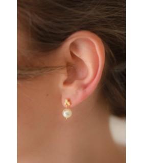 Boucles d'oreilles de mariage courtes, modèle Camélia avec perle nacrée ronde