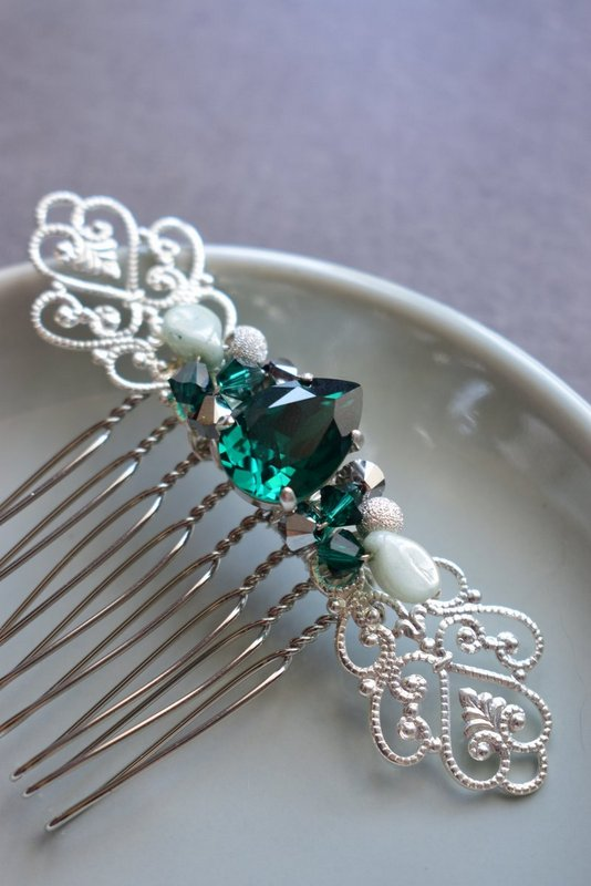 peigne avec cabochon et perles émeraude